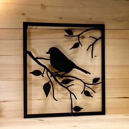 Pájaro en rama de metal